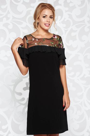 Fekete alkalmi bő szabású ruha fodros hímzett betétekkel finom tapintású anyag