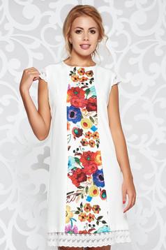 Fehér elegáns a-vonalú ruha virágmintás díszítéssel enyhén elasztikus szövet csipke díszítéssel