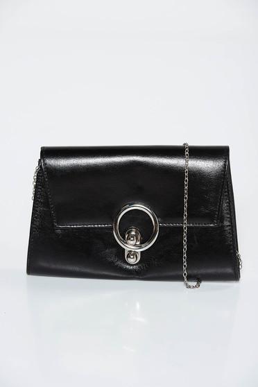 Fekete táska műbőr fém lánccal van ellátva