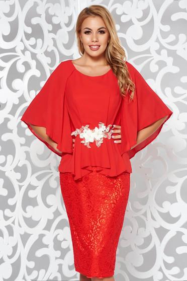 Piros alkalmi ruha csipkés anyagból belső béléssel fátyol hímzett betétekkel