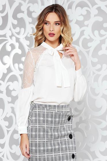 Fehér elegáns bő szabású női ing enyhén áttetsző anyag csipke díszítéssel
