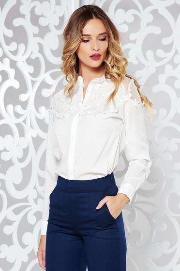 Fehér elegáns bő szabású női ing enyhén áttetsző anyag virágos díszek