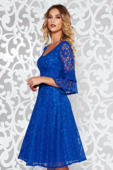 Kék StarShinerS elegáns harang ruha csipkés anyagból v-dekoltázzsal harang ujjakkal