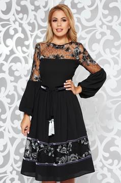 Fekete LaDonna alkalmi harang ruha fátyol övvel ellátva