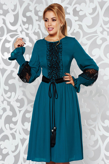 Sötétzöld LaDonna elegáns harang fátyol ruha csipke díszítéssel övvel ellátva