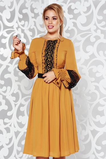 Mustar LaDonna elegáns harang fátyol ruha csipke díszítéssel övvel ellátva