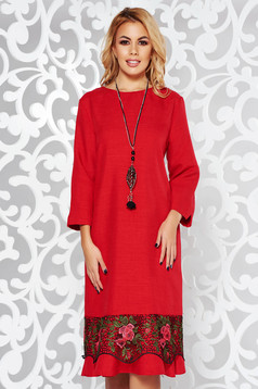Piros ruha elegáns bő szabású enyhén elasztikus szövet csipke díszítéssel lánccal