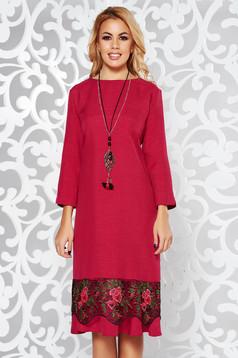 Fukszia ruha elegáns bő szabású enyhén elasztikus szövet csipke díszítéssel lánccal