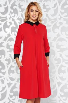 Piros elegáns bő szabású ruha enyhén rugalmas anyag csillogó kiegészítők zsebes