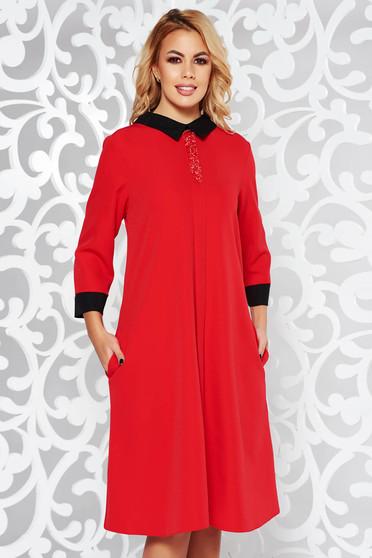 Piros ruha elegáns bő szabású enyhén rugalmas anyag csillogó kiegészítők zsebes