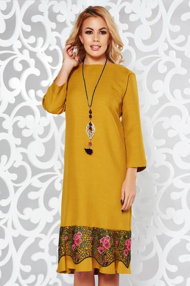 Mustar ruha elegáns bő szabású enyhén elasztikus szövet csipke díszítéssel lánccal