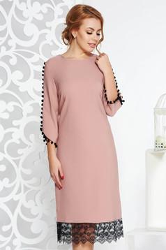 Rózsaszínű elegáns bő szabású ruha enyhén rugalmas anyag csipke díszítéssel bojtos ujjakkal
