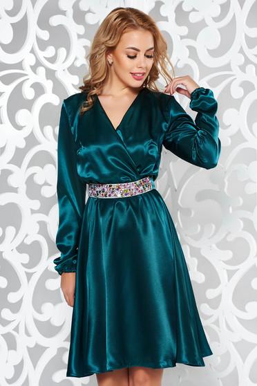Zöld StarShinerS ruha alkalmi szatén anyagból övvel ellátva strassz köves kiegészítő derékban rugalmas