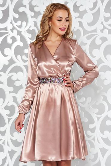Krém StarShinerS ruha alkalmi szatén anyagból övvel ellátva strassz köves kiegészítő derékban rugalmas
