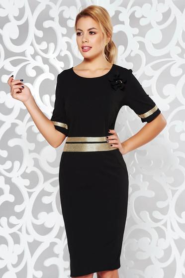 Fekete ruha elegáns szűk szabás enyhén rugalmas anyag csillogó kiegészítők