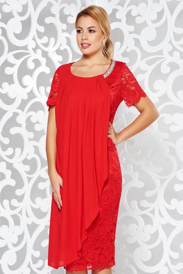 Piros ruha alkalmi ceruza csipkés anyagból belső béléssel fátyol anyagátfedés csillogó kiegészítők