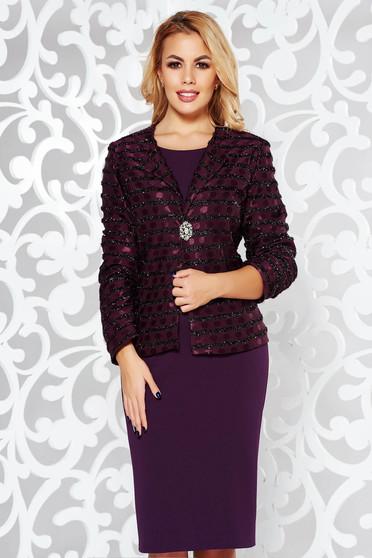 Lila elegáns női kosztüm bross kiegészítővel