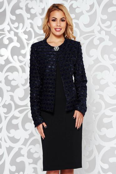 Fekete elegáns női kosztüm bross kiegészítővel