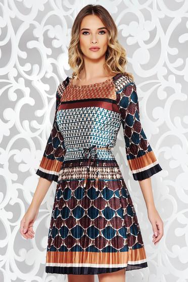 Barna hétköznapi elegáns ruha szatén anyagból rakott övvel ellátva