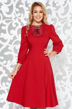 Piros LaDonna elegáns harang ruha enyhén rugalmas szövet csipke díszítéssel bross kiegészítővel