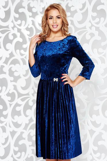c7ee2cf799 Kék alkalmi bársony harang ruha bross kiegészítővel strassz köves  kiegészítő rakott