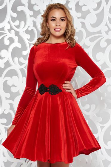 Piros Artista bársony ruha hímzett betétekkel harang alkalmi