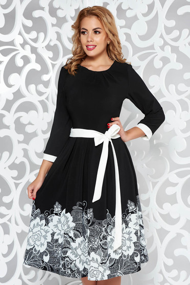 Fekete elegáns harang ruha finom tapintású anyag övvel ellátva virágmintás