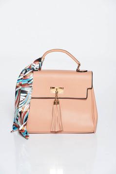Rózsaszínű táska irodai műbőr sállal van ellátva