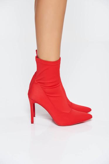 Piros casual magassarkú bokacsizma szatén anyagból enyhén hegyes orral