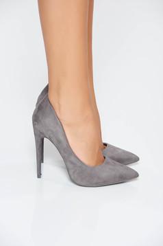 Szürke elegáns magassarkú cipő bársonyos anyag enyhén hegyes orral