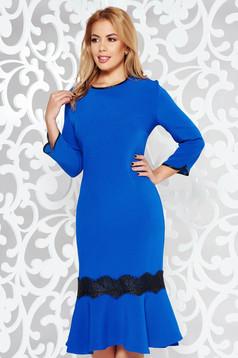 Kék elegáns midi ruha enyhén elasztikus szövet csipke díszítéssel fodrokkal a ruha alján