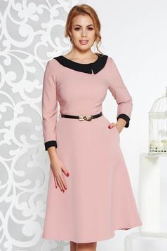 Rózsaszínű elegáns harang ruha enyhén rugalmas szövet öv típusú kiegészítővel