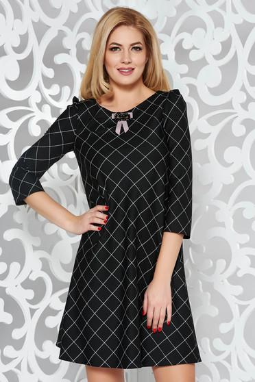 Fekete bő szabású ruha enyhén elasztikus szövet belső béléssel bross kiegészítővel