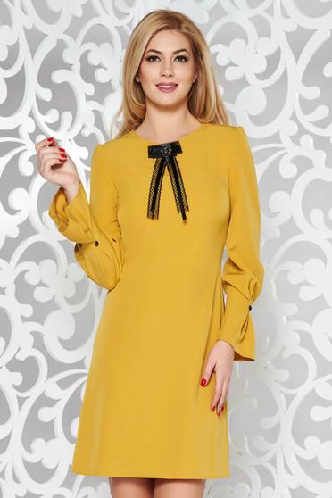 Mustar elegáns bő szabású ruha enyhén elasztikus szövet háromnegyedes ujjú bross kiegészítővel