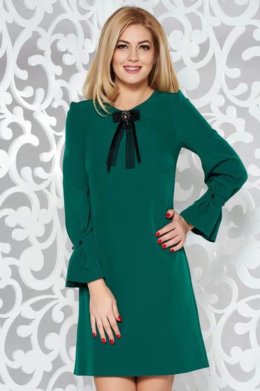Zöld elegáns bő szabású ruha enyhén elasztikus szövet háromnegyedes ujjú bross kiegészítővel