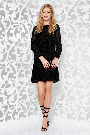 Fekete alkalmi bő szabású ruha bársonyos anyag domborított minta fodrok a ruha alján