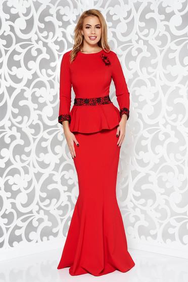 Piros alkalmi hosszú szirén tipusú ruha enyhén elasztikus szövet csipke díszítéssel bross kiegészítővel