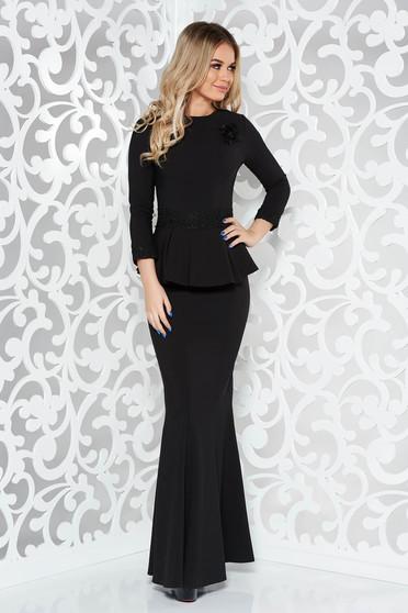 Fekete alkalmi hosszú szirén tipusú ruha enyhén elasztikus szövet csipke díszítéssel bross kiegészítővel