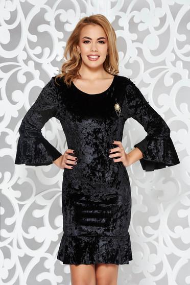 Fekete alkalmi bársony ruha szűk szabás háromnegyedes ujjú bross kiegészítővel