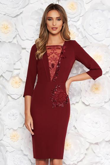 Burgundy alkalmi ceruza ruha enyhén elasztikus szövet belső béléssel csipkés és flitteres díszítéssel