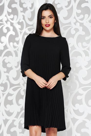 Fekete ruha elegáns bő szabású rugalmatlan szövet rakott gyöngy díszítéssel