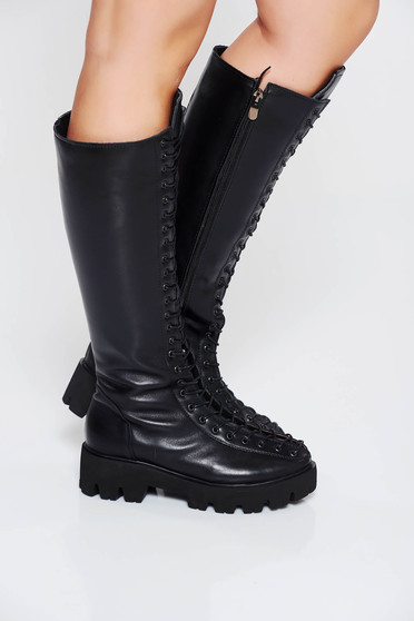 Fekete csizma casual fűzővel köthető meg