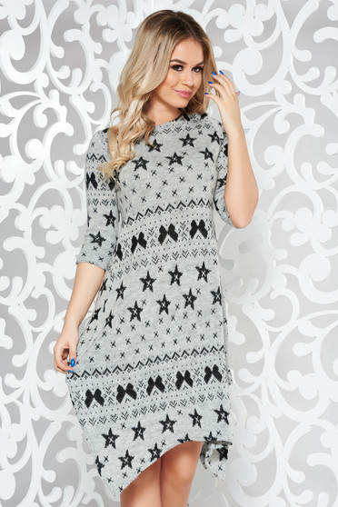 Szürke kötött bő szabású asszimmetrikus szabással hétköznapi ruha grafikai díszítéssel