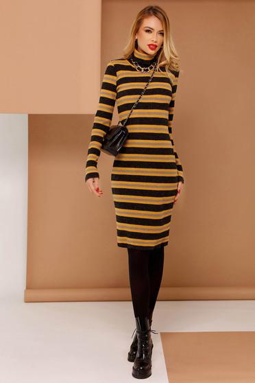Mustar PrettyGirl casual ruha szűk szabás kötött anyag hosszú ujjakkal