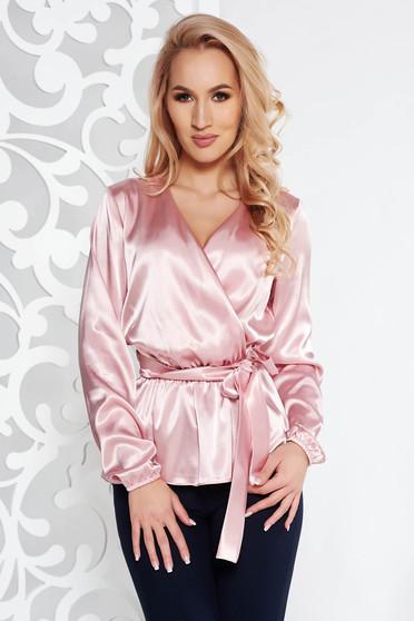 Rózsaszínű StarShinerS elegáns bő szabású női blúz szatén anyagból övvel ellátva v-dekoltázzsal
