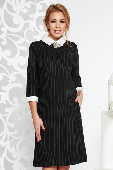 Fekete irodai ruha egyenes szabás enyhén elasztikus pamut bross kiegészítővel