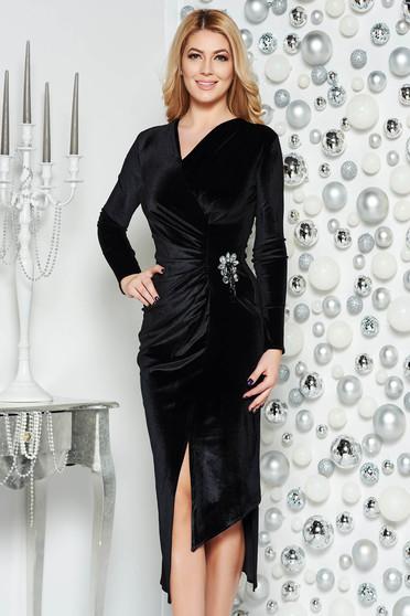 Fekete alkalmi aszimetrikus bársony ruha v-dekoltázzsal bross kiegészítővel