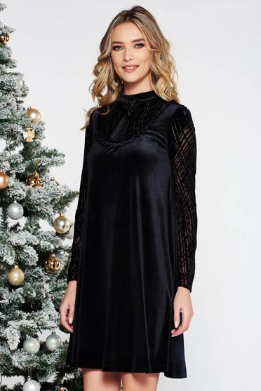 Fekete LaDonna alkalmi bő szabású bársony ruha belső béléssel bross kiegészítővel