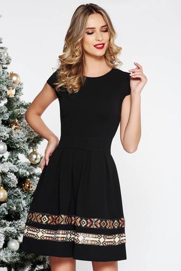 Fekete elegáns harang ruha vékony, rugalmas szövet hímzett betétekkel