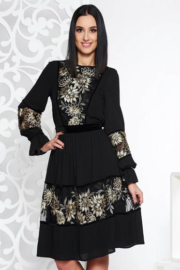 Fekete LaDonna elegáns harang ruha fátyol anyag belső béléssel csipke  díszítéssel 63a44bf9ed
